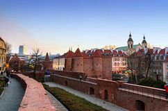 Polska, Warszawa, 2018-03-28, piękny historyczny stary miasto Warszawski Barbacan Czerwony Ceglany Dom zdjęcie royalty free