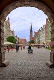 Polska 13 Wrzesień 2018 Gdański widok przez miasto bramy na podupadłej części śródmieścia Gdański osoba tarasy kościelny wierza i zdjęcie stock
