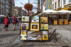 Polska 13 Wrzesień 2018 Gdański widok ulica zdarza się w centrum Gdański, z ludźmi artyści i tarasy które fotografia stock