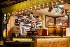 POLSKA, ZAKOPANE - STYCZEŃ 03, 2015: Drewniany plenerowy sklep z dżemu, serowego i gorącego winem podczas Bożenarodzeniowych waka Obrazy Royalty Free