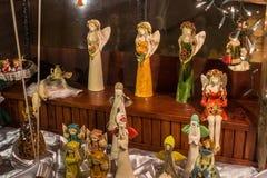 POLSKA, ZAKOPANE - STYCZEŃ 03, 2015: Pamiątkarska figurka aniołowie w sklepowym okno w Zakopane Zdjęcia Stock