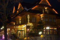 POLSKA, ZAKOPANE - STYCZEŃ 03, 2015: Tradycyjna drewniana restauracja na ulicie w Zakopane w Bożenarodzeniowej dekoraci Obrazy Stock