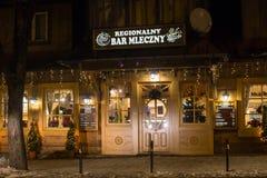 POLSKA, ZAKOPANE - STYCZEŃ 03, 2015: Tradycyjna drewniana restauracja na ulicie w Zakopane w Bożenarodzeniowej dekoraci Obraz Stock
