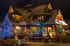 POLSKA, ZAKOPANE - STYCZEŃ 03, 2015: Tradycyjny drewniany chałupa dom na ulicie w Zakopane w Bożenarodzeniowej dekoraci Obrazy Royalty Free
