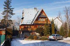 POLSKA, ZAKOPANE - STYCZEŃ 03, 2016: Tradycyjny drewniany chałupa dom w Zakopane Obrazy Stock
