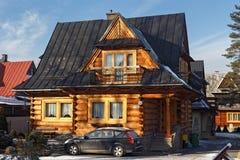POLSKA, ZAKOPANE - STYCZEŃ 03, 2016: Tradycyjny drewniany chałupa dom w Zakopane Zdjęcia Royalty Free
