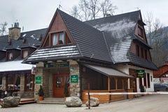 POLSKA, ZAKOPANE - STYCZEŃ 04, 2015: Kamienny dom z drewnianymi elementami w Zakopane Obrazy Royalty Free