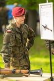 Polski żołnierz podczas demonstraci wojskowy i sprzęt ratowniczy w struktura roczniku Polerujemy święto narodowe Obrazy Stock