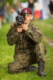 Polski żołnierz podczas demonstraci wojskowy i sprzęt ratowniczy w struktura roczniku Polerujemy obywatela Zdjęcia Stock