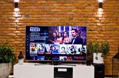 Polski Netflix telewizji ekran z popularnymi seriami wyborowymi fotografia royalty free