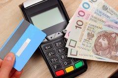 Polski waluta pieniądze i kredytowa karta z płatniczym terminal Zdjęcie Stock