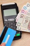 Polski waluta pieniądze i kredytowa karta z płatniczym terminal w tle, finansowy pojęcie Fotografia Stock