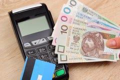 Polski waluta pieniądze i kredytowa karta z płatniczym terminal w tle, finansowy pojęcie Zdjęcie Stock