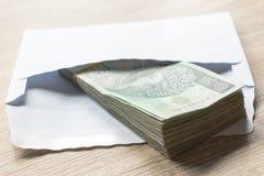 Polskie złoty waluty sto notatki w bielu odkrywają na stole C Fotografia Royalty Free