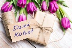 Polskt kort för dag för kvinna` s och en bukett av härliga tulpan royaltyfria bilder