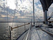 Polskt Mazury sjölandskap i sommar från fartygdäck arkivbilder