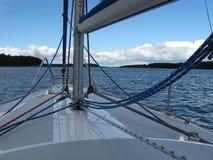 Polskt Mazury sjölandskap i sommar från fartygdäck arkivfoto