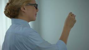 Polso commovente della donna di affari, artrite reumatoide di sofferenza, sanità stock footage