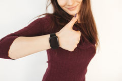 Polso della donna che indossa un orologio astuto Fotografia Stock
