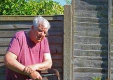 Polso di artrite dell'uomo senior immagini stock