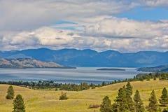 Polson, Montana con il lago a testa piatta nei precedenti immagine stock
