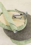 Polsterung eines Teils des Stuhls durch Klammergerät Lizenzfreie Stockfotografie