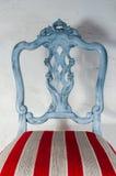 Polsterungsarbeit Holzstuhl gemalt mit schönem Gewebe Stockfotos