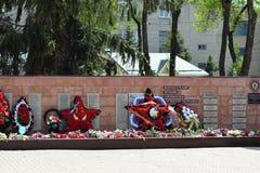 BY POLTAVA 9 Maj, 2015: De lade blommorna till monumentet i heder av en Victory Day på Maj 9 Royaltyfri Foto