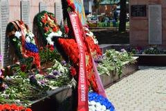 BY POLTAVA 9 Maj, 2015: De lade blommorna till monumentet i heder av en Victory Day på Maj 9 Royaltyfri Bild