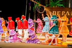 Poltava, Ucrânia - 28 de dezembro de 2015: Celebração do ano novo em uma casa local da cultura Os grupos das crianças da demonstr imagens de stock