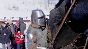 Poltava, Ucrânia, em janeiro de 2017: Competiam e competição medievais entre dois cavaleiros fortes com espadas de aço