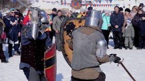 Poltava, Ucrania, enero de 2017: Torneo y competencia medievales entre dos caballeros fuertes con las espadas de acero