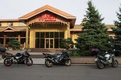 POLTAVA UKRAINA - OKTOBER 01, 2016: Parkerade motorcyklar nära restaurangen Royaltyfria Foton