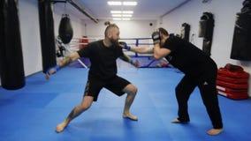 Poltava, Ukraine, décembre 2017 : Combat gratuit de séance d'entraînement moderne de cosaques dans le gymnase banque de vidéos