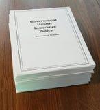Política del seguro médico del gobierno en un escritorio. Imagen de archivo