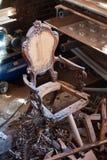 Poltrona antica rotta vecchia mobilia tagliata immagine stock