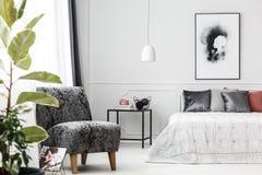 Poltrona cinzenta no quarto fotografia de stock royalty free