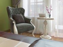 Poltrona clássica com mesa de centro branca, estilo oriental do quarto ilustração do vetor
