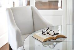 Poltrona con la decorazione interna degli occhiali e del libro Fotografia Stock Libera da Diritti