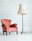 Poltrona con la lampada di scrittorio nella stanza dell'annata Immagini Stock