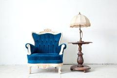 Poltrona con la lampada di scrittorio nella stanza dell'annata Fotografia Stock