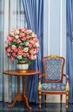 Poltrona da elegância com o ramalhete bonito da flor Imagens de Stock Royalty Free