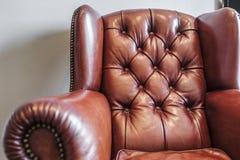 Poltrona de couro do vintage no marrom vermelho imagens de stock royalty free