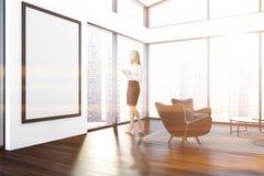 Poltrona del nero del salone dell'attico, donna del manifesto Fotografie Stock