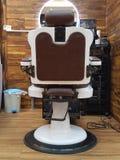 Poltrona del parrucchiere, salone di capelli moderno, negozio di barbiere per gli uomini Barber Chair d'annata alla moda fotografia stock libera da diritti
