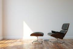 Poltrona di cuoio accogliente nera nell'interno minimalista di stile Immagini Stock