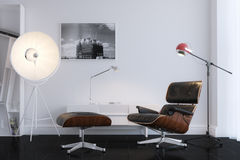 Poltrona di cuoio alla moda nera in ufficio minimalista Fotografie Stock Libere da Diritti