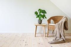 Poltrona do Rattan com uma tabela geral e de madeira fotos de stock royalty free