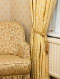 Poltrona do vintage de Brown perto da cortina retro Imagem de Stock