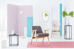Poltrona na sala pastel Imagem de Stock